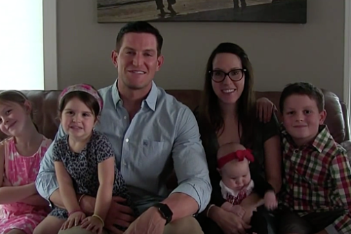 This is the second post that I devote to Steve Weatherford but he definitely earned it (read the first one here). Steve is the father of 5 children whom he raises together with his wife. He won the Superbowl and looks like a jacked silverback gorilla.