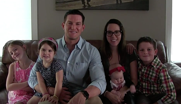 This is the second post that I devote to Steve Weatherford but he definitelyearned it (read the first one here). Steve is the father of 5 children whom he raises together with his wife. He won the Superbowland looks like a jacked silverback gorilla.